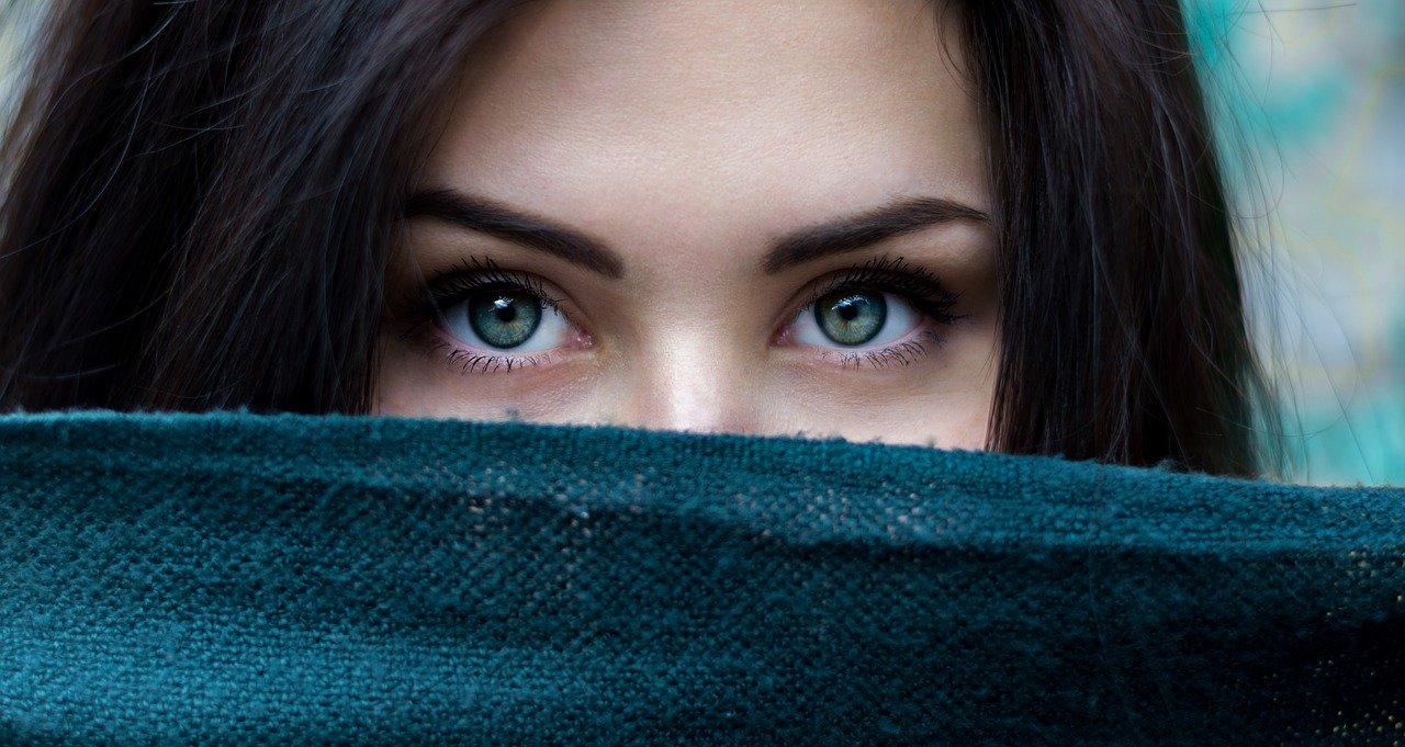 Idealne brwi – jak poprawnie wykonać ich makijaż?