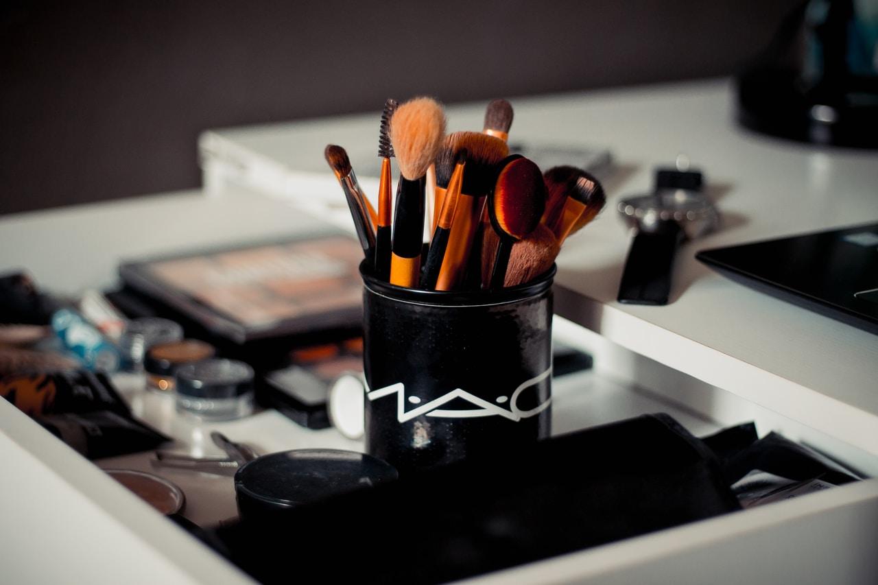 Sztuka makijażu – co zrobić, by wyglądać nietuzinkowo?